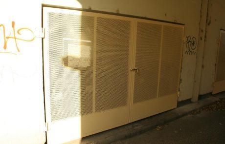 Hulladéktároló ajtaja Metmark perforált lemezből